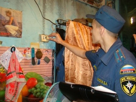 инспектор МЧС проверяет пожарную безопасность