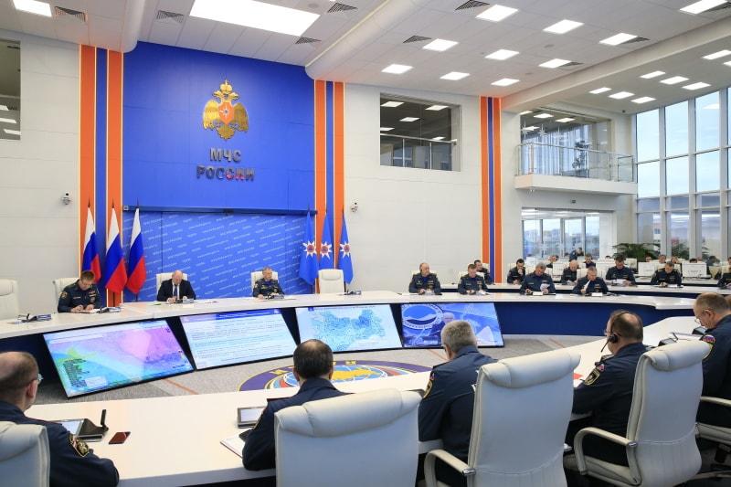 На особом контроле МЧС России – сезонные опасности несанкционированного выхода на лед акваторий и схода лавин