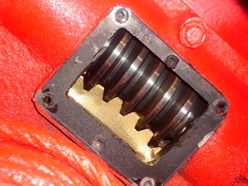 Смотровой лючок редуктора привода выдвигания лестницы