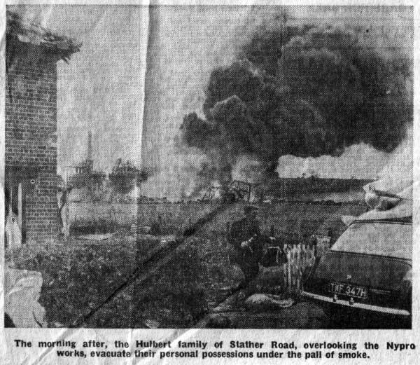 Жители после взрыва на заводе Nypro 1 июня 1974 года Фликсборо