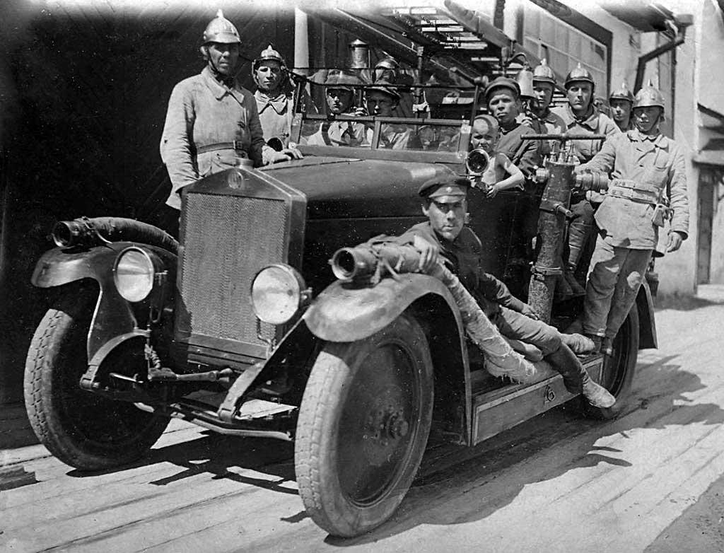 Боевой расчет пожарной команды 1920-х годов