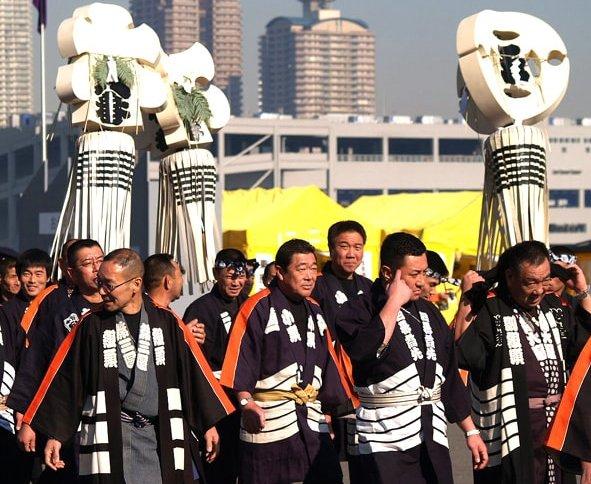 Японские пожарные - хикеси несут матои во время ежегодного традиционного представления