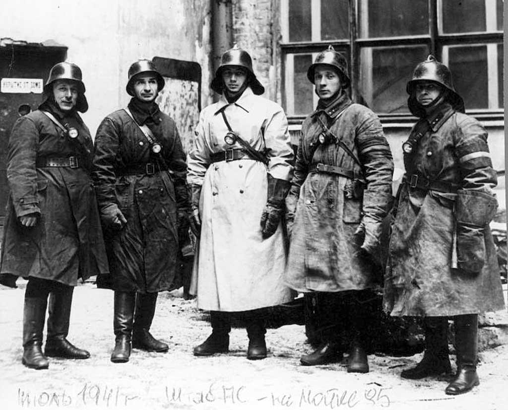Борис Иванович Кончаев (в центре) в знаменитом плаще (июль 1941 года)