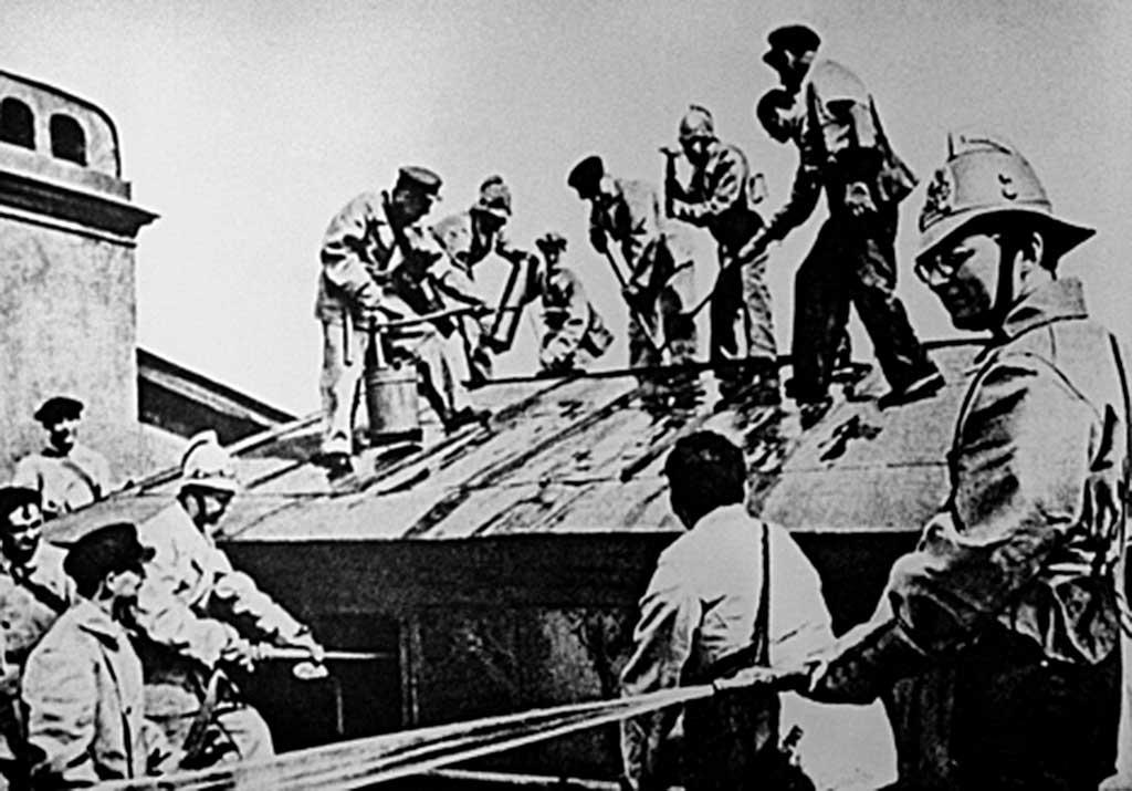 Работа пожарного подразделения на крыше здания (на фото справа - Д. Шостакович)