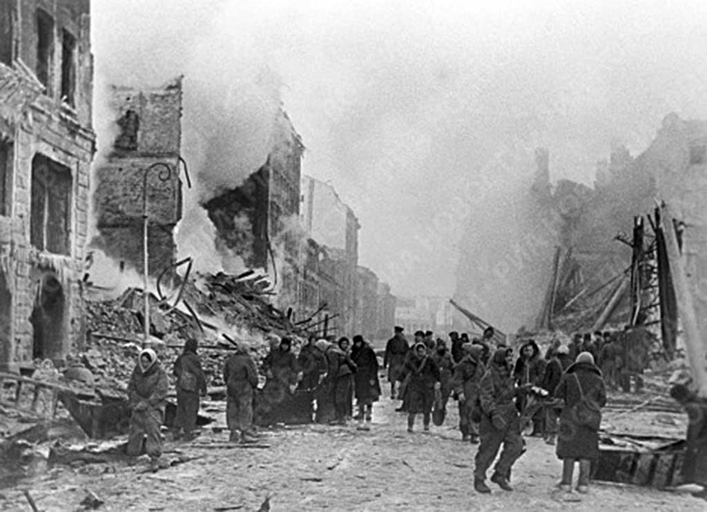 Жители блокадного Ленинграда тушат пожар и разбирают завалы