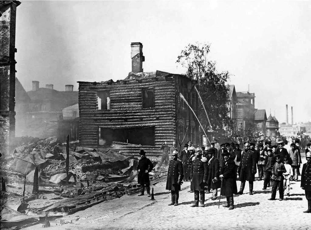 Кириллов М.А. осматривает место пожара (Малая Охта, 1903)