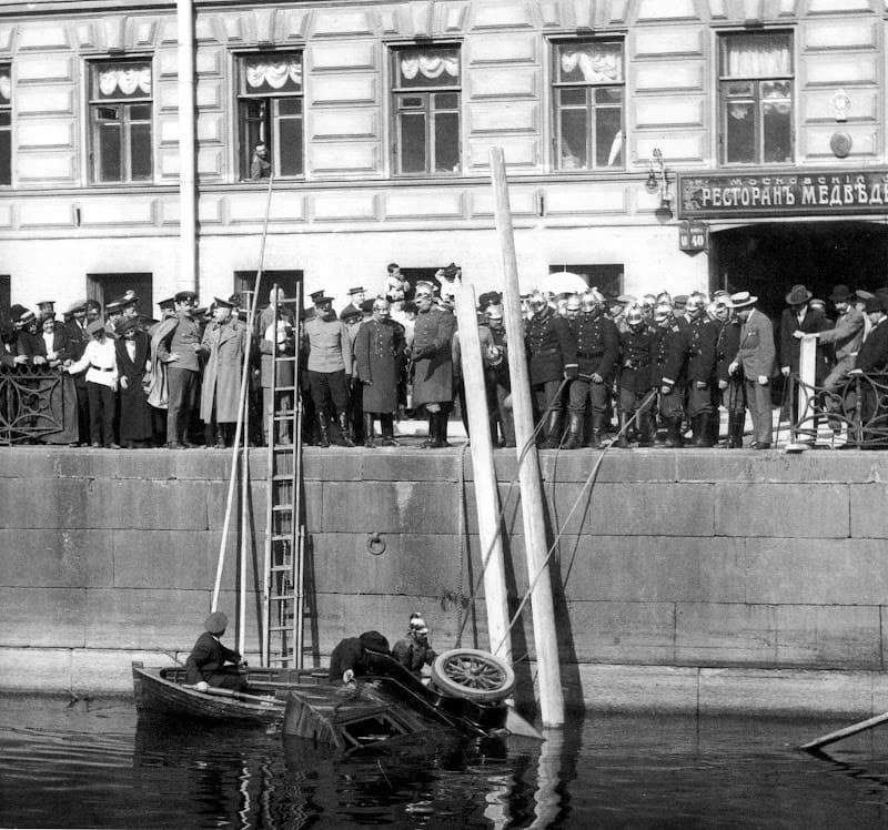 Пожарные поднимают упавший в реку автомобиль 1913 год