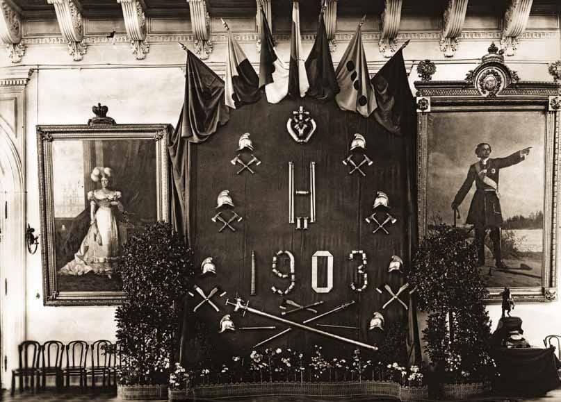 Один из украшенных щитов в честь 100-летия столичной Пожарной Команды 1903 г.
