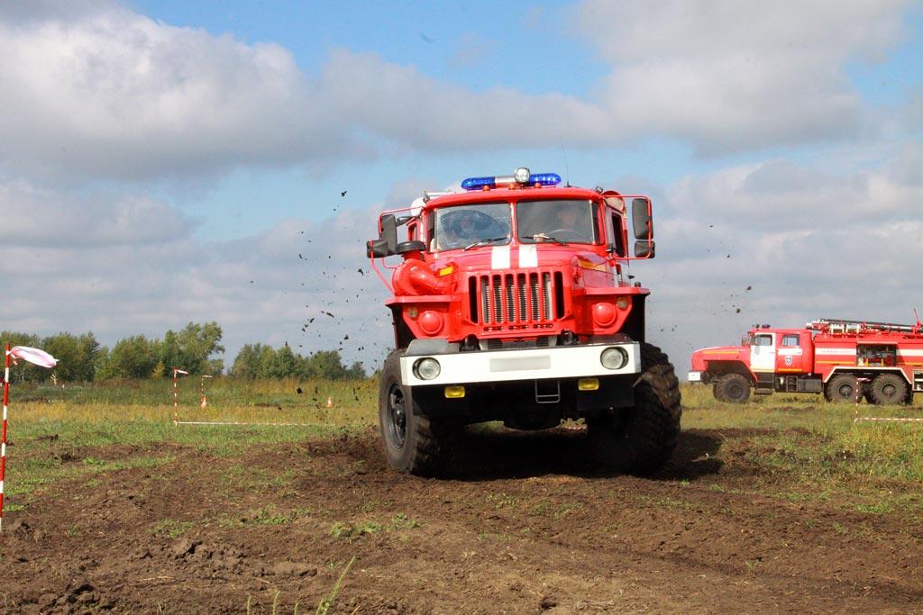 Пожарная автоцистерна при движении на повороте