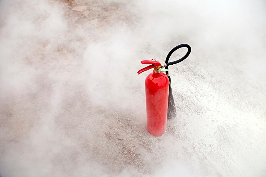 Газовый огнетушитель с зарядом двуокиси углерода