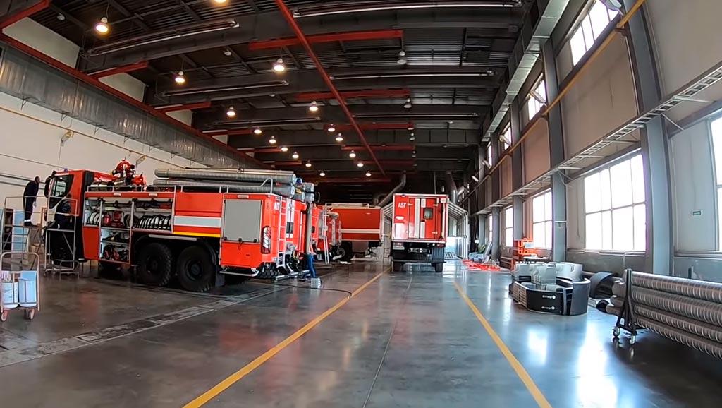 Сборка пожарных автомобилей в цеху