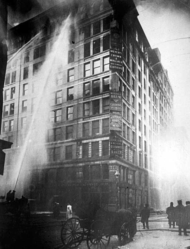Пожарные борются с огнем в здании Asch