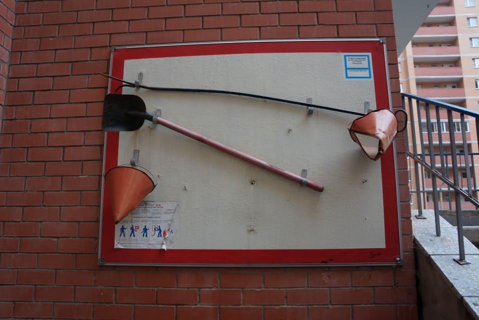 Пожарный щит с пожарными ведрами