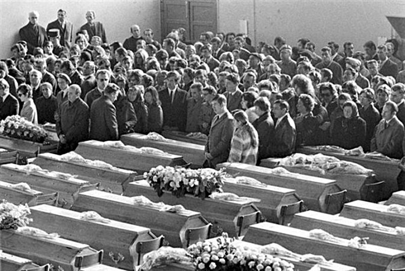 Прощание с погибшими на пожаре в дансинге «5-7»