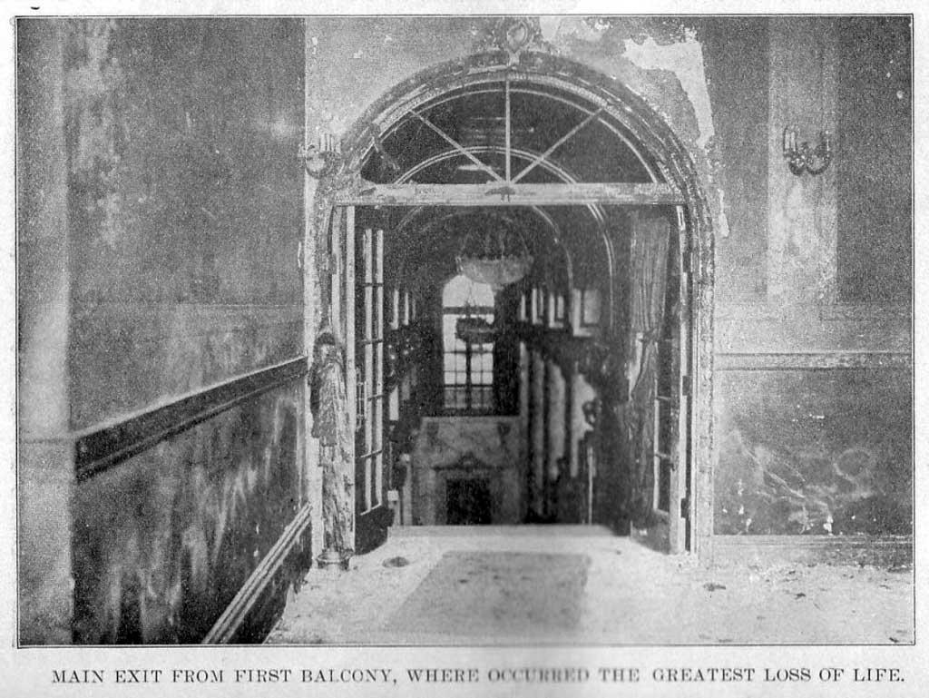 Основной выход с балкона первого яруса театре «Ирокез», где погибло большое количество людей