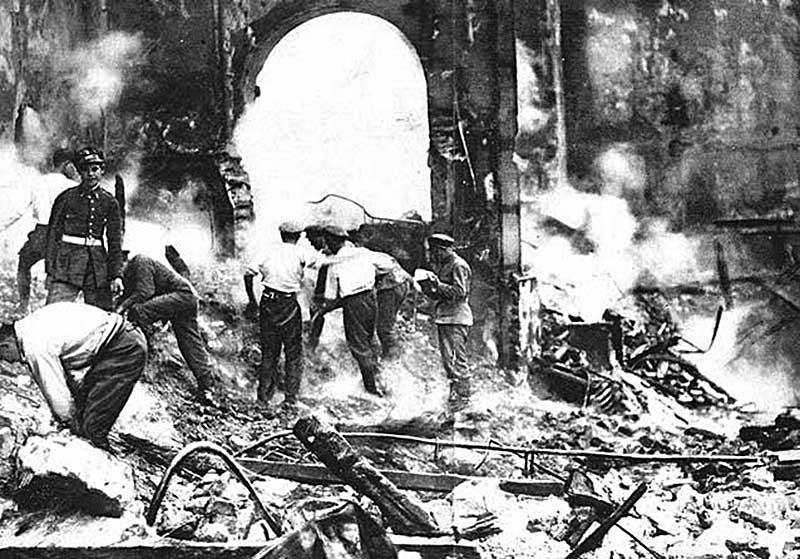Разбор завалов после пожара в театре «Новедадес» (Мадрид. Испания, 1928 год)
