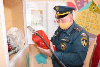 Сотрудники территориальных органов МЧС России участвуют в приемке образовательных учреждений к новому учебному году